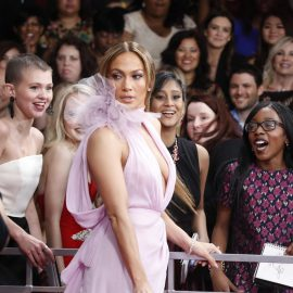 AJB001. Los Angeles (United States), 12/02/2017.- Jennifer Lopez arrives for the 59th annual Grammy Awards ceremony at the Staples Center in Los Angeles, California, USA, 12 February 2017. (Estados Unidos) EFE/EPA/PAUL BUCK